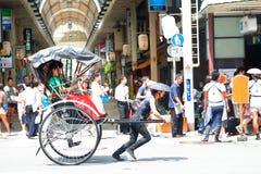 Japan: De riksjadienst met toerist in Asakusa Stock Fotografie