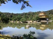 Japan ett hus som ska bes på dammet royaltyfri foto