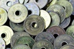 Japan fem yenmynt på en svart bakgrund Royaltyfri Fotografi