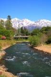 Japan fjällängar och flod Arkivbild