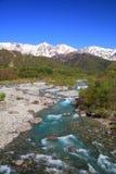 Japan fjällängar och flod Arkivfoto