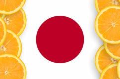 Japan flagga i vertikal ram för citrusfruktskivor royaltyfri foto