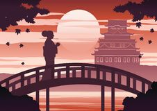 Japan-Frau im Kimonokleiderstand auf Brücke nahe Schloss auf Sonnenuntergangzeit während Ahornfall, Schattenbildlicht und Schatte stock abbildung