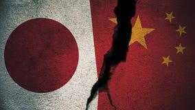 Japan gegen China-Flaggen auf gebrochener Wand Lizenzfreie Stockfotos