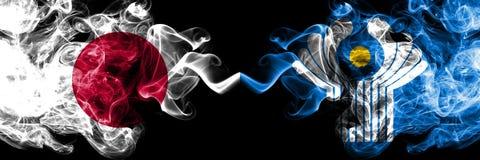Japan gegen die rauchigen mystischen Flaggen des Commonwealth nebeneinander gesetzt Dickes gefärbt seidig raucht Kombination von  lizenzfreie abbildung