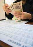 Japan-Geld in der Hand mit Aussagenpapier im Finanzkonzept Stockbilder