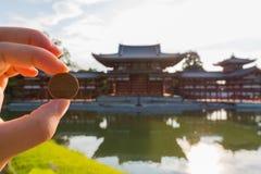 Japan herdenkt zijn levensduur en culturele betekenis door zijn beeld op het 10 Yenmuntstuk te tonen stock afbeelding
