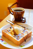 Japan Honey Toast som tjänar som varmt kaffe Arkivbild