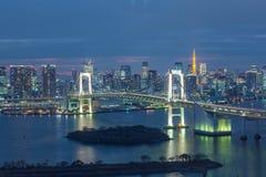 Japan horisont med regnbågebron och Tokyo står högt, Odaiba, Japan arkivbilder