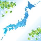 Japan-Karte mit grünen Ahornblättern Stockfotografie