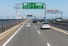 japan, Kwiecień - 28, 2017 Pojazdy biegają na halnej drodze przy pogodnym d Zdjęcia Stock