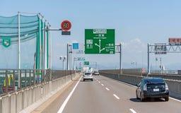 japan, Kwiecień - 28, 2017 Pojazdy biegają na halnej drodze przy pogodnym d Obrazy Royalty Free