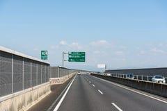 japan, Kwiecień - 28, 2017 Pojazdy biegają na halnej drodze przy pogodnym d Fotografia Stock