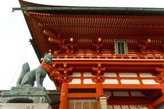Japan, Kyoto, das Torii von Fushimi Inari Taisha, traditionelle Eingangsportale lizenzfreie stockfotos