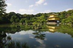 Japan Kyoto Kinkaku-ji (den guld- paviljongtemplet) Royaltyfria Bilder