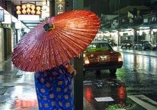 Japan Kyoto - stående av den traditionella japanska kvinnan Gion District på natten royaltyfri bild