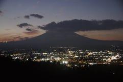 japan la città di Gotemba alla notte immagini stock