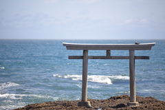 Japan-Landschaft des traditionellen japanischen Tors und des Meeres Lizenzfreie Stockfotografie