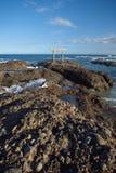 Japan-Landschaft des traditionellen japanischen Tors und des Meeres Stockfotos