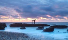 Japan landskap av den traditionella japanska porten och havet Arkivbilder