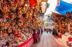 Japan lyckliga Kumade krattar den Hikawa jinjarelikskrin Arkivfoto