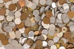 Japan-Münze und Goldgeld auf dem Schreibtisch stockfotografie