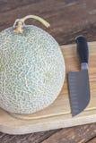 Japan melon på träbrädeställe på tabellen arkivfoton