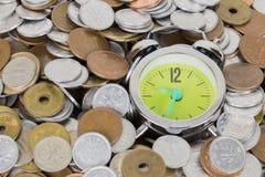 Japan mynt och guldpengar på skrivbordet Royaltyfria Bilder
