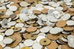 Japan mynt och guldpengar på skrivbordet Fotografering för Bildbyråer
