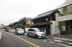 Japan och utlänning som går och walled besökgata och lera Royaltyfri Fotografi