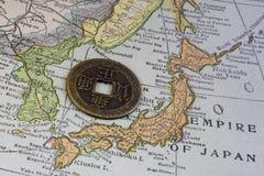 Japan op uitstekende kaart en oud muntstuk Stock Foto
