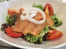 Japan Salmon Salad i den vita maträtten Arkivbilder