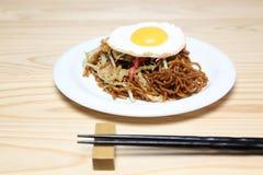 Japan stekte nudlar med det stekte ägget Royaltyfri Bild