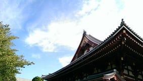 Japan tempeltak med blå himmel Fotografering för Bildbyråer