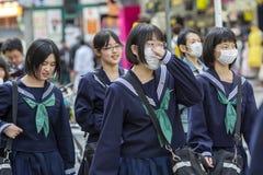 Japan, Tokyo, 04/12/2017 Een groep Japanse schoolmeisjes op een stadsstraat stock afbeeldingen
