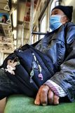 JAPAN, TOKYO - NOVEMBER 2016: Ein nicht identifizierter Mann mit den gebrochenen Fingern auf Zug in Japan Züge in Japan haben Pla lizenzfreie stockfotografie
