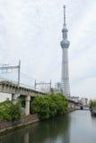 Japan torn, byggande flod, drevspår med himmel Royaltyfri Foto