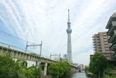 Japan torn, byggande flod, drevspår med himmel Royaltyfria Foton