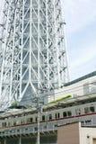 Japan-Turm, errichtender Fluss, Zug mit Himmel lizenzfreies stockfoto