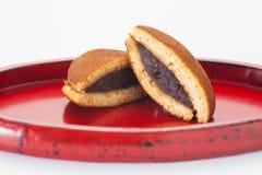 JapanDorayaki kaka med fyllning för röd böna på bambomagasinet royaltyfri fotografi