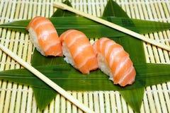 Japaneese jedzenie Ręka kulinarny suszi Zdjęcia Royalty Free