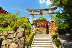 japanen shoppar den traditionella souvenir Royaltyfri Foto