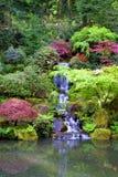 Japaner arbeitet Wasserfall-Portrait im Garten Lizenzfreies Stockfoto