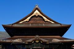 Japaner decken Dach mit Stroh Stockfotografie