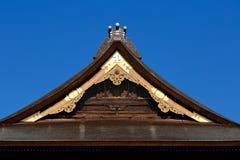 Japaner decken Dach mit Stroh Stockbild
