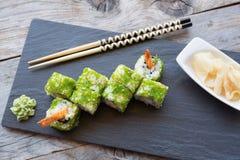 Japaner rollt mit grünem Kaviar Lizenzfreie Stockbilder