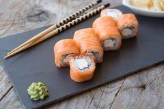 Japaner rollt mit Lachsen und Käse Lizenzfreie Stockfotografie