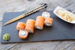 Japaner rollt mit Lachsen und Käse Lizenzfreie Stockfotos
