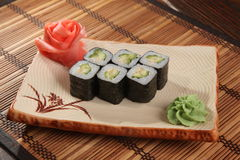 Japanerrolle mit Wasabisoße auf Platte Lizenzfreies Stockfoto