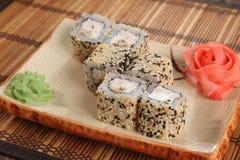 Japanerrolle mit Wasabisoße auf Platte Stockfotos